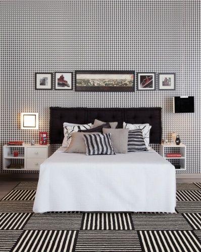 Para o dormitório do casal, o arquiteto Gustavo Calazans propõe como cabeceira da cama a utilização de almofadas pretas, do tipo futon. A proposta é uma solução econômica e confortável e cria um belo contraponto em relação ao revestimento xadrez da parede de fundo