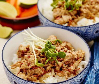 En thaiinspirerad gryta på fläskfärs, kokosmjölk och solgula majskorn. Kokosmjölkens sötma balanseras upp av ingefärans hetta och limens friska citrussmak. Servera grytan på en bädd av fluffigt ris, garnera med små solrosskott och servera med morotstavar och lime. Smaklig måltid!