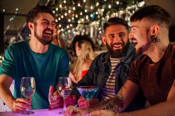 Locales gaypride en Madrid - ¡Los mejores pubs y discotecas de ambiente!    #gaycouple #madrid #gaycouple #parejas