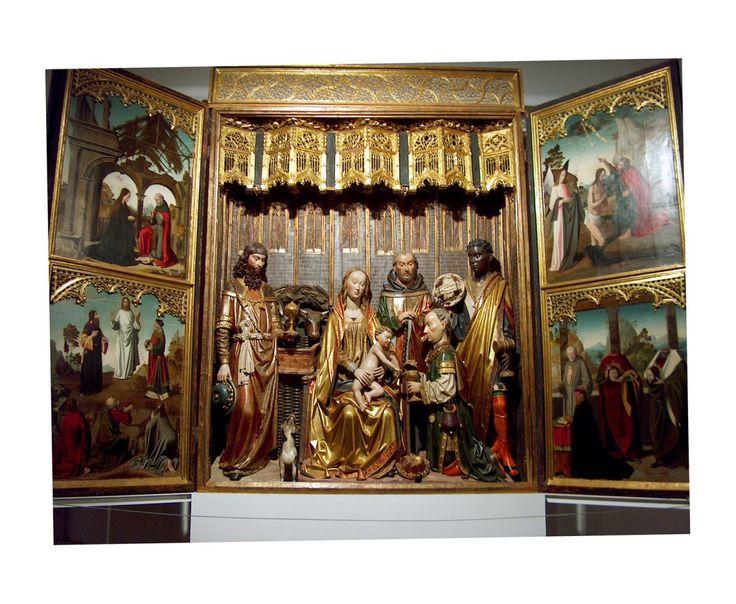 Tríptico de la adoración de los Reyes Magos, del llamado el Maestro de Covarrubias. La mas importante obra del Museo de la Colegiata de San Cosme y San Damian. Una de las joyas del arte medieval no solo español, sino mundial **