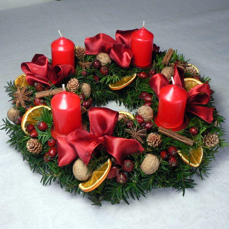 Adentní věnec Zálkad věnce tvoří tis nebo jedle,ozdobeno červenými adventními svíčkami,mašlemi,sušenými šípky,vánočním kořením a pomeranči.Je použit pouze přírodní materiál.Průměr věnce je 30 cm.