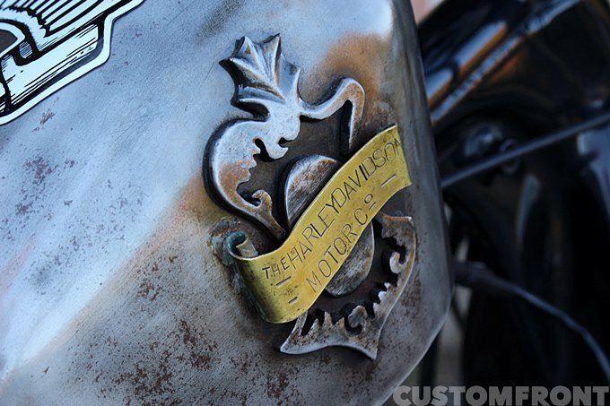 ヴィンテージロゴをモチーフにビルダー自ら鉄と真鍮でハンドメイド。この辺の自由な創作がイエロー流。 #yellowmotorcycle  #ノリとアイデア良しの #山奥のデンジャーゾーン  via ✨ @padgram ✨(http://dl.padgram.com)