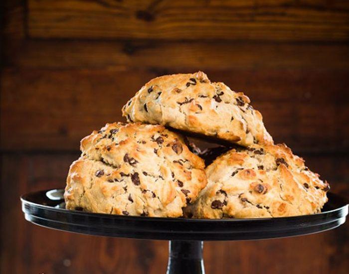 Prøv disse lækre scones med smækker mørk chokolade - helt uden gluten. De er et hyggeligt alternativ til den traditionelle chokoladekage.