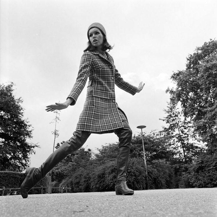 AMSTERDAM: Herfst/wintermode 1968-69 van DICK HOLTHAUS: TANJA showt het model ''September'', een bruin geruite double-face mantel met bijpassende japon. Hoed: leren Bonnet. Bruine laarzen: ''De Lange''. (1968)