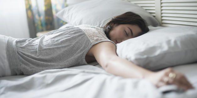 """Sonno, il metodo """"4-7-8"""" per addormentarsi in 60 secondi. Il medico Andrew…"""