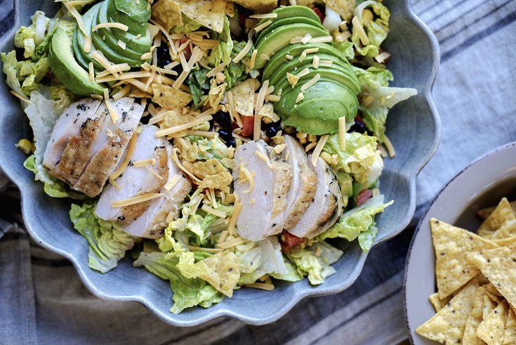 Å, jeg elsker salater med massevis av god smak, litt krønsj og friske farger! Og