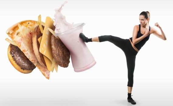 Alimentación y bienestar emocional Generalmente todos sabemos que lo que comemos en nuestra dieta a diario afecta directamente a nuestro cuerpo, tanto para bien como para mal y esto sólo depende de la disposición que tenemos al momento de elegir que tipo de comida vamos a consumir. Una reducción en la ingesta de comida chatarra y optar por comidas saludables te ayudarán a mantener un peso adecuado, músculos fuertes y un corazón saludable.
