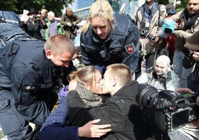 #blockupy - 17. Mai 2012 nachdem die Farbe schon gespritzt hatte... Die niedersächsische #Polizei zeigt im Frankfurt-Einsatz zumindest Respekt vor der Liebe - nicht unbehelligt, aber unbehelmt!