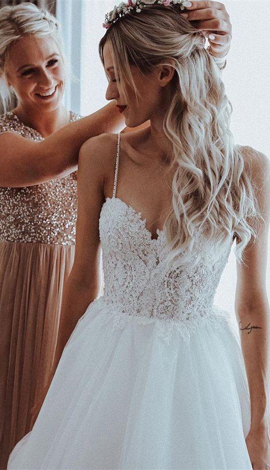 Das Material dieses Hochzeitskleides ist Tüll mit Spaghettiträgern   Wedding d…