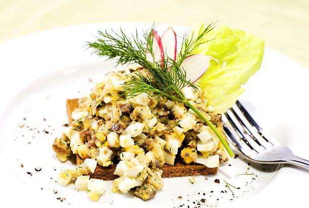 Gubbröra är en riktig sommarklassiker! Perfekt till midsommar eller passa på när det blir potatis över.