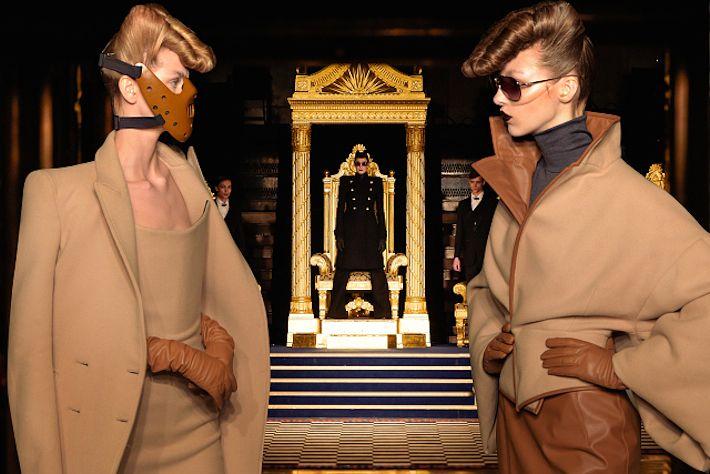НЕДЕЛЯ МОДЫ В ЛОНДОНЕ: GARETH PUGH Особо уважаемые в этом году вещи из овчины, привлекательные офисные костюмы и идеальные бежевые пальто ищите у Gareth Pugh наряду с ярко-синими платьями – быть звездой каждый день теперь нетрудно.