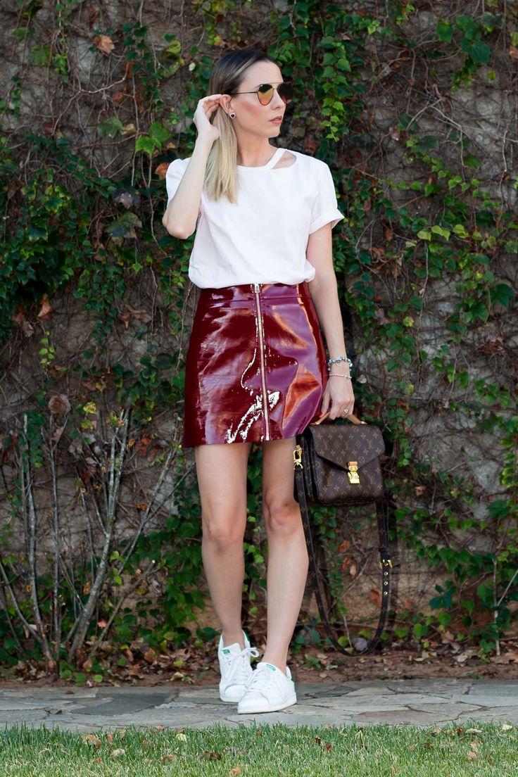 Look da Giuli Castro com saia de vinil vinho com ziper e camiseta pink millenial da Amaro, bolsa Pochete Mettis da Louis Vu… | Looks | Outfits | Roupas in 2019 | Fashion, Mini skirts, Leather