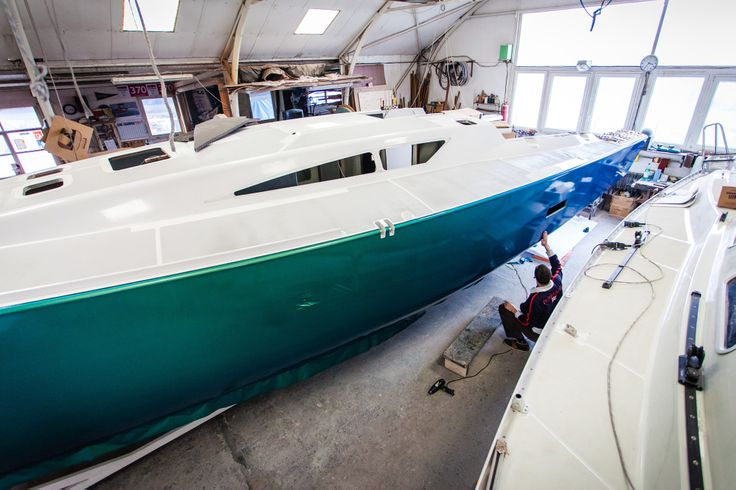 Iridescent Blue and green. TuningFilm range developed by MACtac offers you 53 colours and textures to revamp your sailboat or motorboat ! Forget about painting or spraying boat topsides