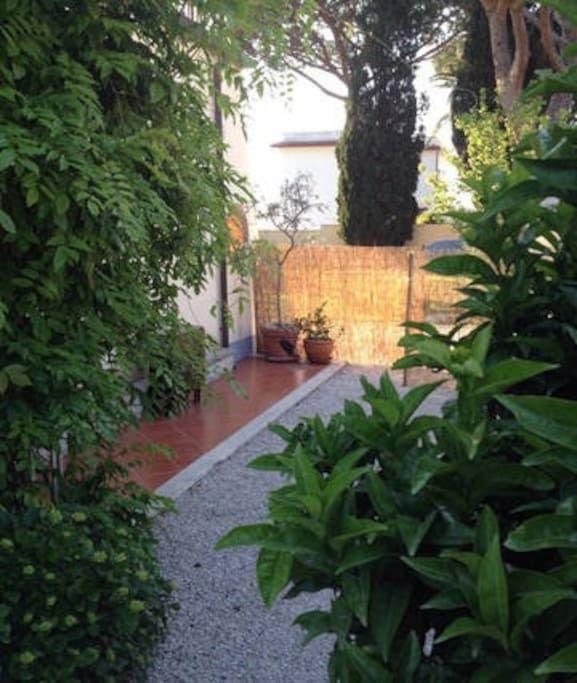 Se lige det her fede opslag på Airbnb: Børnevenlig villa med lukket have - Huse til leje i Anzio: villa anzio