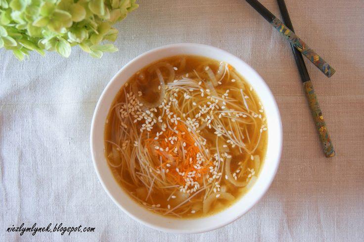 Zupa cebulowa z makaronem sojowym