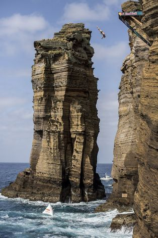 Sebuah tebing tinggi dan sangat curam atau sekitar vertikal.