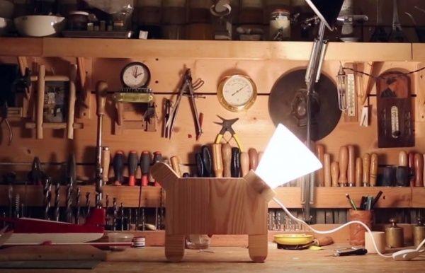 Lampe chien par LaFabriqueDIY - Voici un petit pas à pas pour fabriquer une petite lampe en bois inspirée de la collerette des chiens. Pour la petite histoire: Le chien de ma soeur est tombé malade et pour rigoler nous avons décidé...