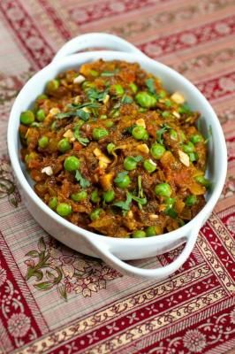 Recipe: Eggplant Curry with Green Peas #vegetarian #vegan #glutenfree (Follow Gaiam for more nutrition, detox, fitness, yoga and green living tips: pinterest.com/gaiam)