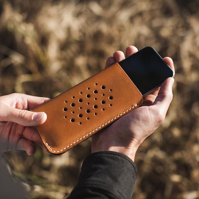 It's hard to beat the patina of well worn leather // iPhone 6s case made from natural veg tan leather with about 6 months use -------------------------------------------------#standardleatherco #standardleather #onestitchatatime #mensstyle #edc #handmade #iphone #costamesa #usa #menswear