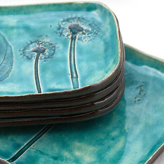 Geschirrset Keramik, intensive türkis blau, knisterte Glasur. Eine große Platte und vier Platten. In Platte Produktion Bauweise gemacht. Eine von einer Art. Platte: über 21x26cm Platten: über 14x19cm Können in der Spülmaschine gewaschen werden. Ich setze es in ein dekoratives Altpapier-Geschenkverpackung. Danke.
