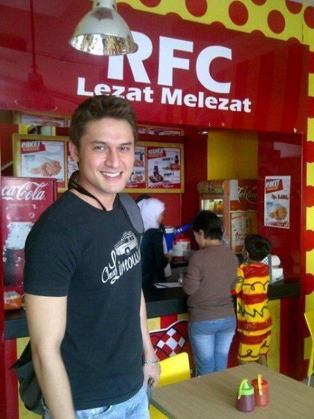 peluang franchise resto fried chicken disajikan dengan minuman ringan. Investasi ringan profit istimewa. Info: CV.Rocket Fried Chicken Pin BB: 260666CF, M: 087824588881