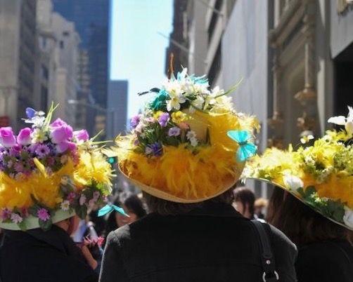 EASTER 2017  ニューヨークも桜が咲き始め、今週末はイースターの季節がやってきました。 2017年は4/16の日曜日。春分の日のあとの、最初の満月の日を指します。 復活祭と訳されるイースターは、元々十字架にかけられ命を落としたキリストが、 3日目に復活したことを記念する日で、今は春の訪れを告げる季節の節目として認識されています。  ちなみにイースターという名前は、ゲルマン神話の春の女神からきているという説もあり、 「イースター島」は、1722年にオランダの海軍監督が、イースターの日に発見した事で由来しています。  イースターでは、ボンネットフェスティバルが有名で、 五番街で行われ、個性的でゴージャスな帽子を身に着けて歩いています。 イースターは、キリスト教では特別な日で、クリスマスと同じように、食事制限やミサが行われるようです。 教会の中を花で特別に飾り、当時の上流階級の人々は、礼拝が終わった後、 他の教会の花の装飾を見物しに行くために、新しいファッションに身を包み、 街を歩いていたことからスタートしたそうです。 花や羽、とても華美で、レトロな装飾でタイム...
