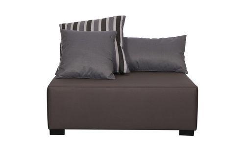 Uit de collectie 100% outdoor loungemeubelen! Deze 1,5 zits bank heeft een eigentijds, eenvoudig design is geschikt voor buitengebruik. De bank is voorzien van een luxe grijs/bruine stof en geschikt voor buiten. Door meerdere elementen naast elkaar te plaatsen creëer je de bank voor jou op maat. Met het in gebruik nemen van de losse kussens creëer je een heerlijke loungezit, deze drie kussens worden standaard meegeleverd. Eén streepkussen van 50x50 cm, één grijs kussen van 40x40 cm en één…