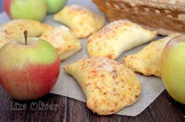 Фото к рецепту: Яблочные пирожки из сырного теста.