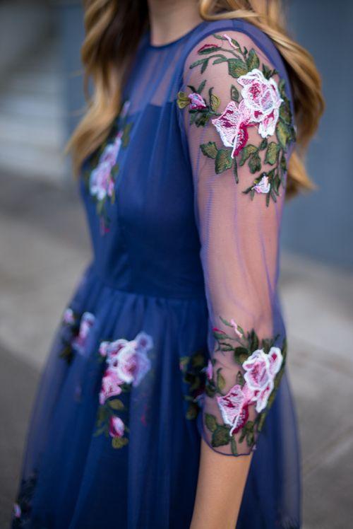 Llevo esta ropa para eventos formales. Me parece que es floja. El vestirse es azul y rosado. No es buen.