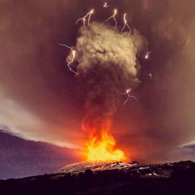 Вулканическая активность Этны сильно возросла в ночь на 3 декабря, ясная погода позволила наблюдать огненный спектакль на гиганте с вулканическими молниями. Произошел короткий, но очень мощный пароксизм с высокими фонтанами лавы и колонной пепла несколько километров в высоту.