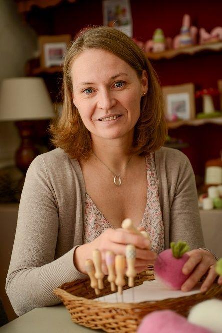 Agnès la créatrice de l'atelier boutique Ô Merveille ! dispense des cours de feutrage à l'aiguille dans l'Oise