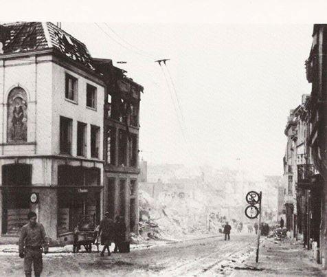 De Stikke Hezelstraat, gezien vanaf de Grote Markt, enkele dagen na 22 februari 1944