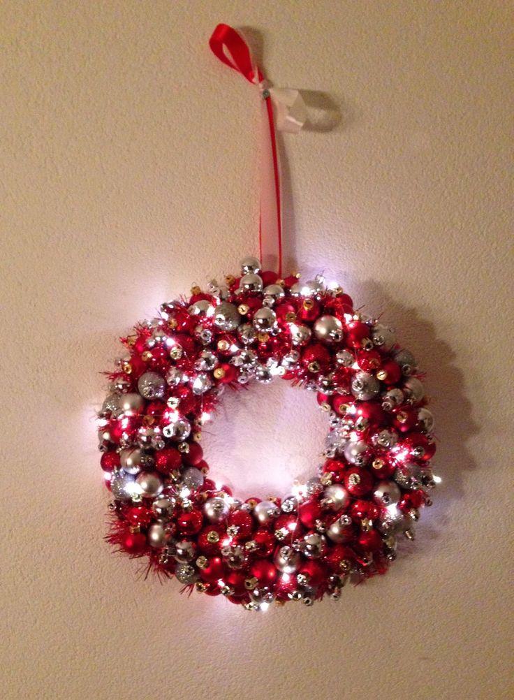 Kerstkrans met kerstballen en verlichting:     Op internet zag ik hele leuke kerstbalkransen verschijnen en dacht   die ga ik ook maken.  ...