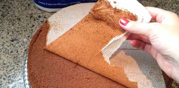 Após estar assado o seu bolo ou pão, o papel toalha simplesmente se descola. Usar Papel Toalha Para Assar Bolos.
