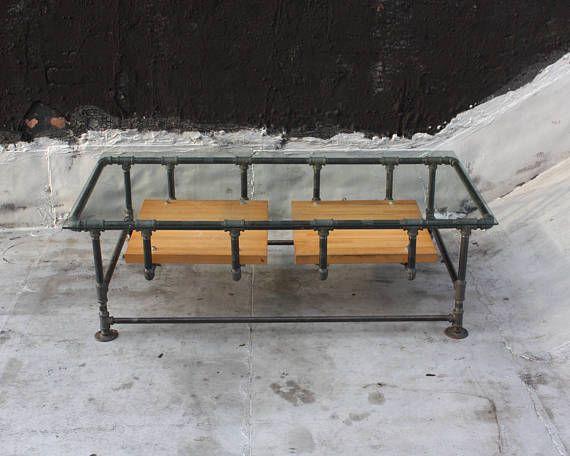 Cette table basse unique et élégante est un design original fait entièrement à la main à Harlem, New York. Conception et la construction de meubles sont une passion de la mienne et je suis très fier de morceaux pour compléter les belles maisons d'artisanat.  Il est très robuste et fait pour durer. Il est surmonté de 1/4 arrondi bord de verre et comme sur la photo, les étagères sont des planches de bois ou de plaques d'acier. Comme c'est un fait sur commande, à la fois les dimensions tota...