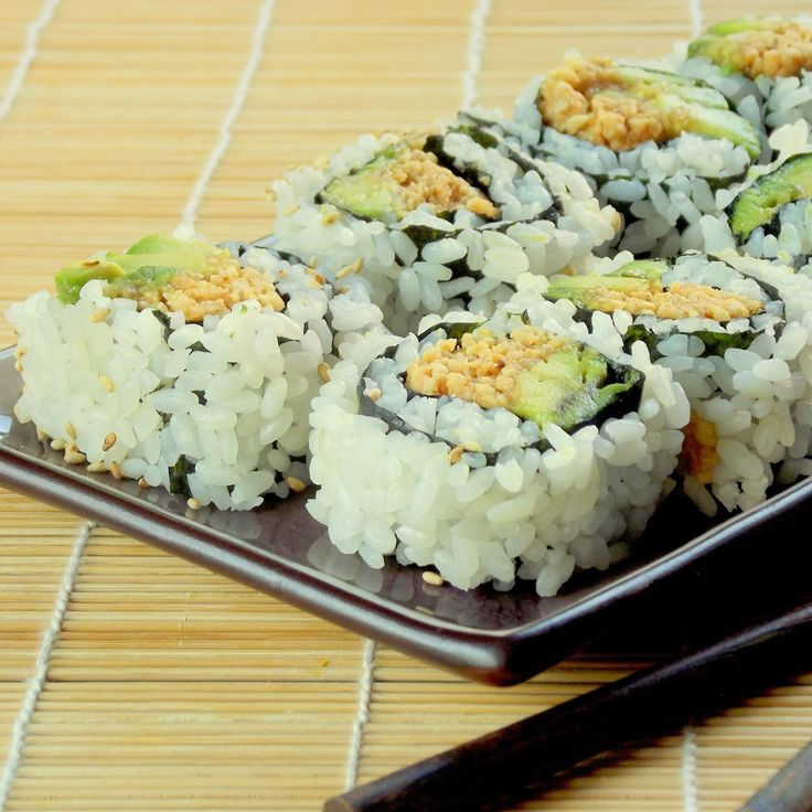 Peanut Avocado Sushi | Connoisseurus Veg. Just a few simple ingredients - many found in WinCo Bulk Foods! #vegetarian #sushi