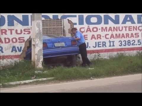 Carro invade colégio em Pacatuba