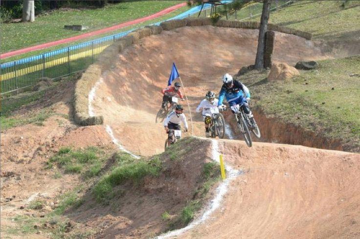 Pilotos de 4 países duelam na Copa América de Downhill em São Roque #globoesporte