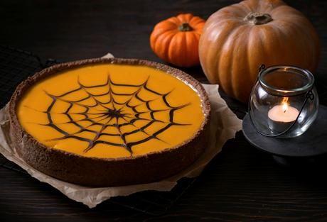 Mit dem Kürbis-Käsekuchen mit Spinnennetz überraschen wir an Halloween Groß & Klein. Und ohne Spinnennetz schmeckt der Kuchen die ganze Kürbissaison.