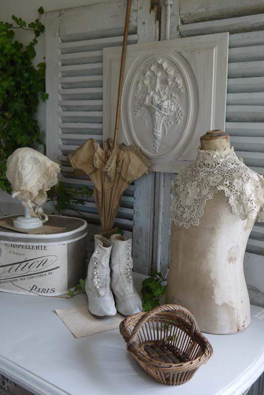 Brocante de charme atelier cosy.fr mannequin , boite à chapeau , ombrelle , bottines