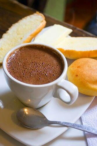 Chocolate con leche  y almojabanas. Desayuno  o  de merienda .  Es una delicia. Es común encontrarlo  en las mesas  de las  familias  colombianas