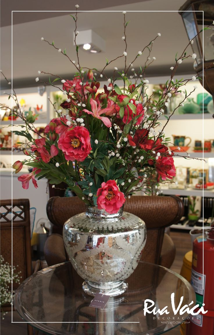 Arranjo de flores em vaso espelhado