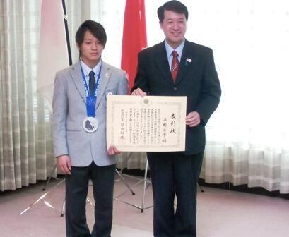 @IzumidaHirohiko: ソチ五輪で、冬季での日本人最年少にして県勢初のメダルを獲得した平野歩夢選手に県民栄誉賞を贈りました。シドニー五輪水泳の中村真衣さん、国民的歌手の故三波春夫さん、甲子園準優勝の日本文理高校、芸能活動50年の小林幸子さんに続き5人目です。