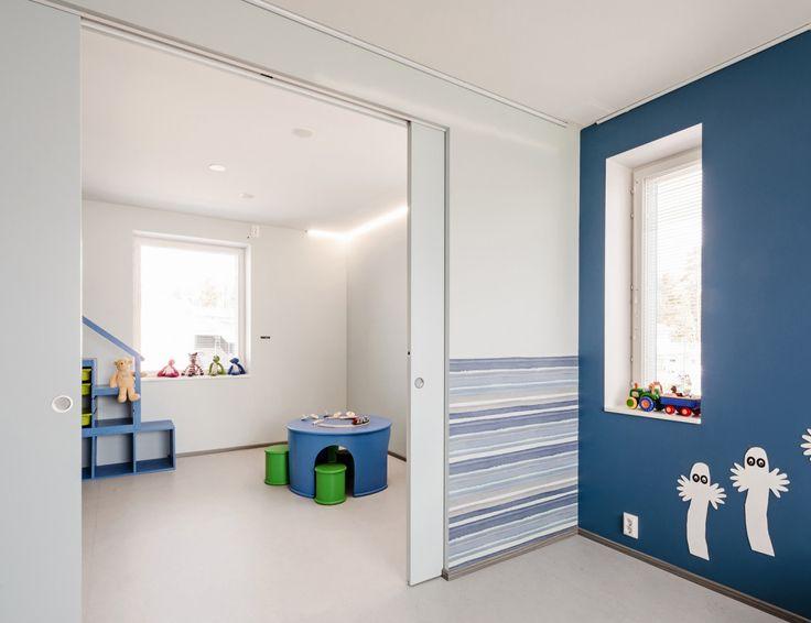 Eclisse Pocket Door Syntesis Line Double -liukuovijärjestelmä on näyttävä, moderni ja minimalistinen ratkaisu. Se mahdollistaa kahden erillisen huoneen yhdistämisen yhdeksi suureksi tilaksi siten, että oviaukot voidaan toteuttaa ilman listoituksia.