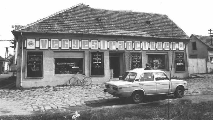 Ady Endre u - Alkotmány utca sarok, Iparcikk bolt, règen itt volt a piac ès a Márton napi kirakodó vásár