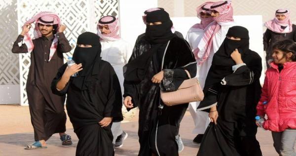 السعودية المثيرة للجدل مشاعل الجعلود تتعرض للإهانة والاعتداء بسبب ملابسها الفاضحة Photo Opening A Bank Account Saudi Arabia Photos