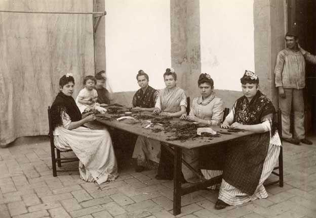 Insólita imagen de las cigarreras liando tabaco en 1886. Actividad ejercida en el hoy Rectorado de la @Universidad Nutricion del Cuyo de Sevilla