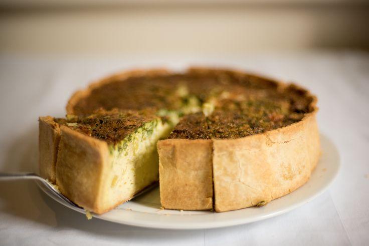 Kruche ciasto z chrupiącymi bokami i szpinakowo-serowym wsadem to alternatywa dla tych, którzy lubią oryginalne desery na słono! Do wypieku użyj klasycznego masła FINUU z solą. #przepisy #Inspiracje #ciasto #tarta #przepis #cake #szpinak #ciastoszpinakowe #krucheciasto #masło #recipes