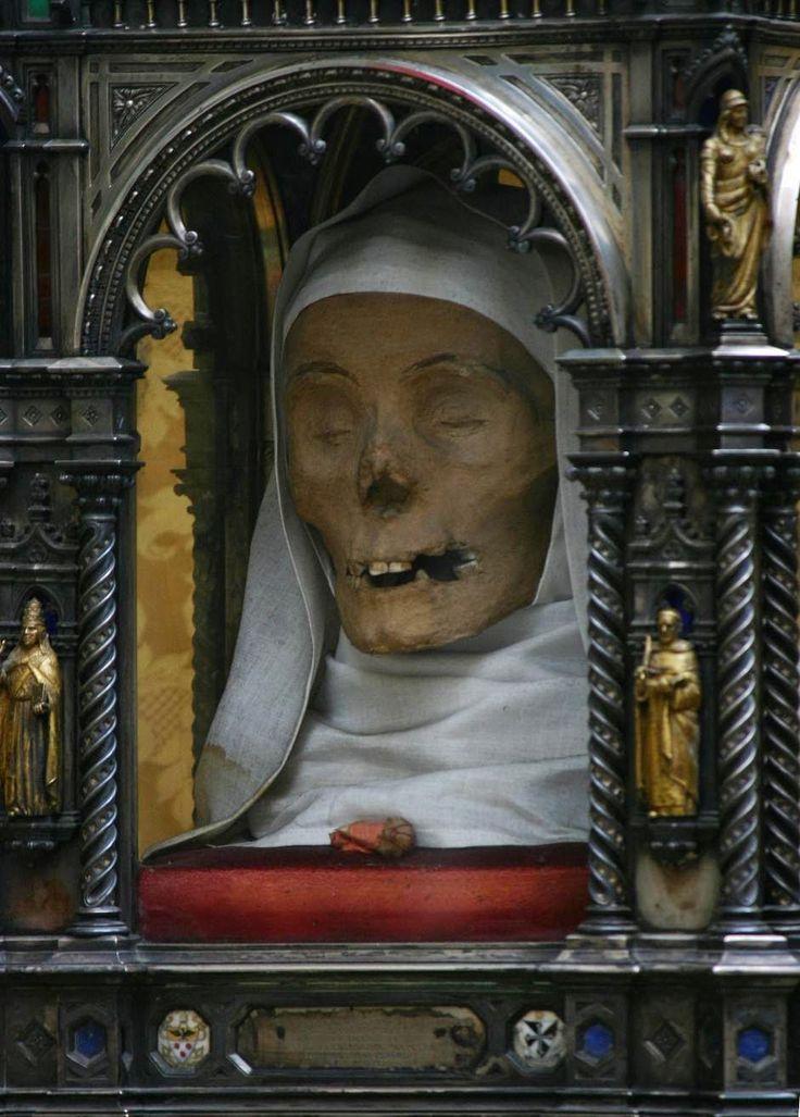 Santa Catalina de Siena una vez recibió una visión donde Jesús le dio un anillo hecho con su propio prepucio santo.Ella murió con 33 años de un derrame cerebral en Roma y llevaron su cabeza a Siena para venerarla. La cabeza está todavía en exhibición en Siena, junto con su dedo pulgar