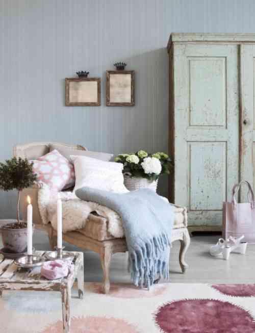 coussins décoratifs en couleurs pastel et un tapis blanc à motifs